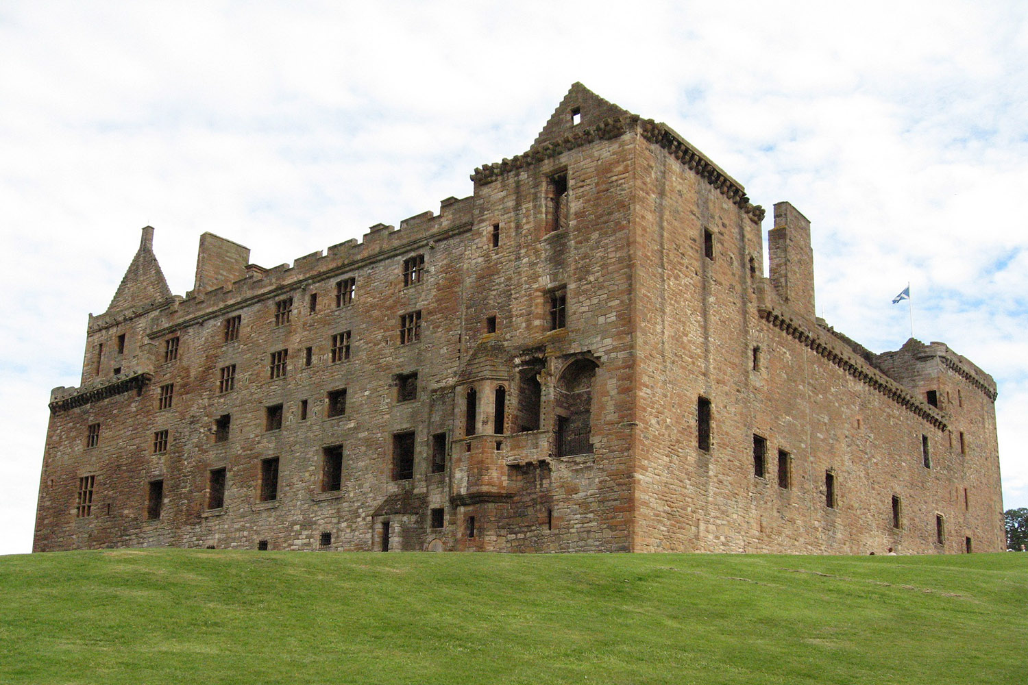 Linlithgow Palace, the birth place of Mary Queen of Scots can be visited on our Mary Queen of Scots tour
